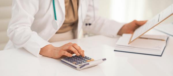 lekarz analizujący koszty