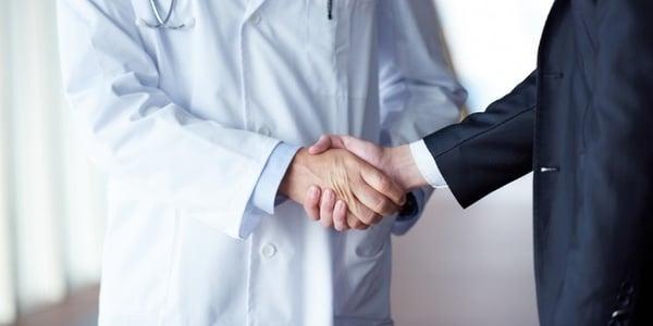 lekarz i manager zawierający umowę