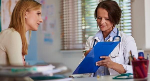 Lekarz rozmawiający a pacjentem