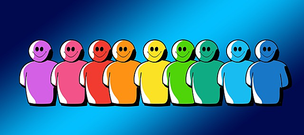 grupa uśmiechniętych postaci